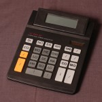 Máquina de Calcular Verdades.  Calculadora intervenida. 2004.